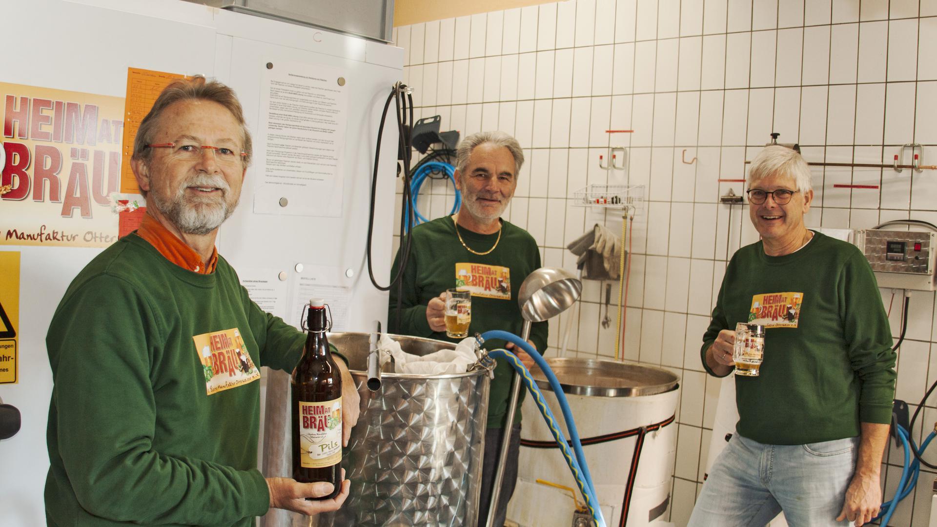 Seit 2018 werden bei der Bierbrau Manufaktur Ottersweier Bierspezialitäten hergestellt. Unser Foto zeigt den Vereinsvorsitzenden Dr. Boris Kirschsieper, Schriftführer Linus Maier und den stellvertretenden Vorsitzenden Axel Marin (von links) beim Brauen. Im Hintergrund köchelt der Sud für 120 Liter Pils. Foto: Michael Brück