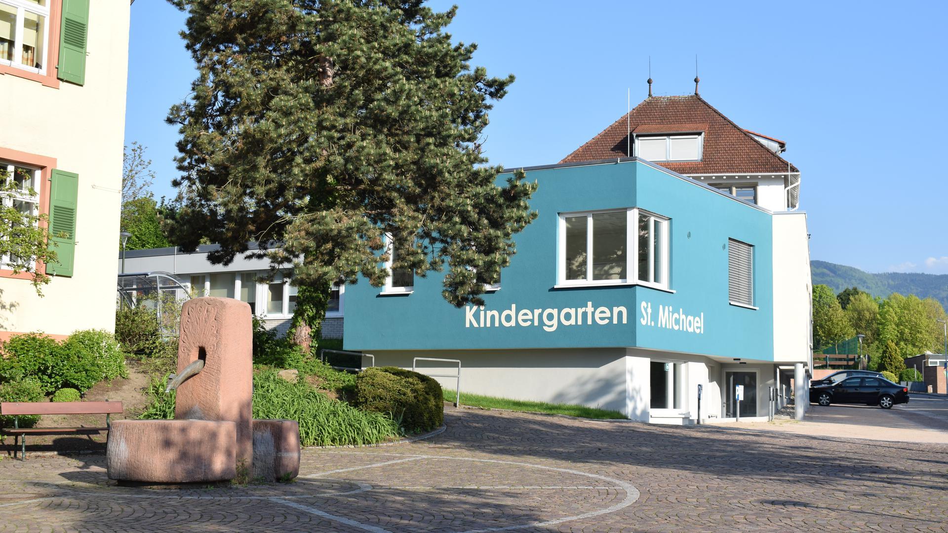 Blick auf den blau angestrichenen Anbau des Kindergartens St. Michael neben dem Rathaus in Ottersweier.