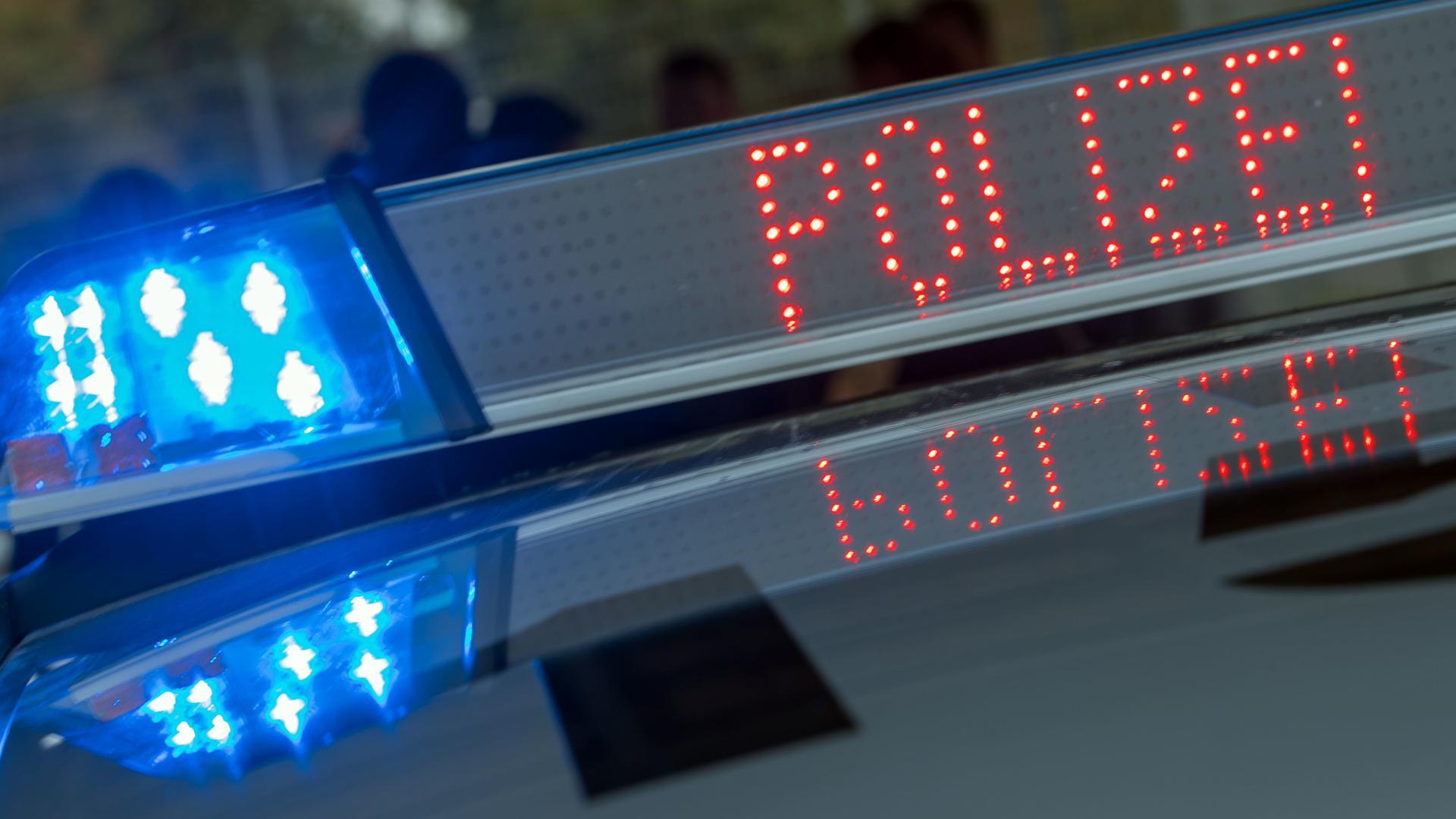 """Der Schriftzug """"Polizei"""" ist auf der digitalen Anzeigenleiste auf dem Dach eines Streifenwagens der Polizei zu sehen."""