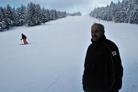 Mann vor Skihang