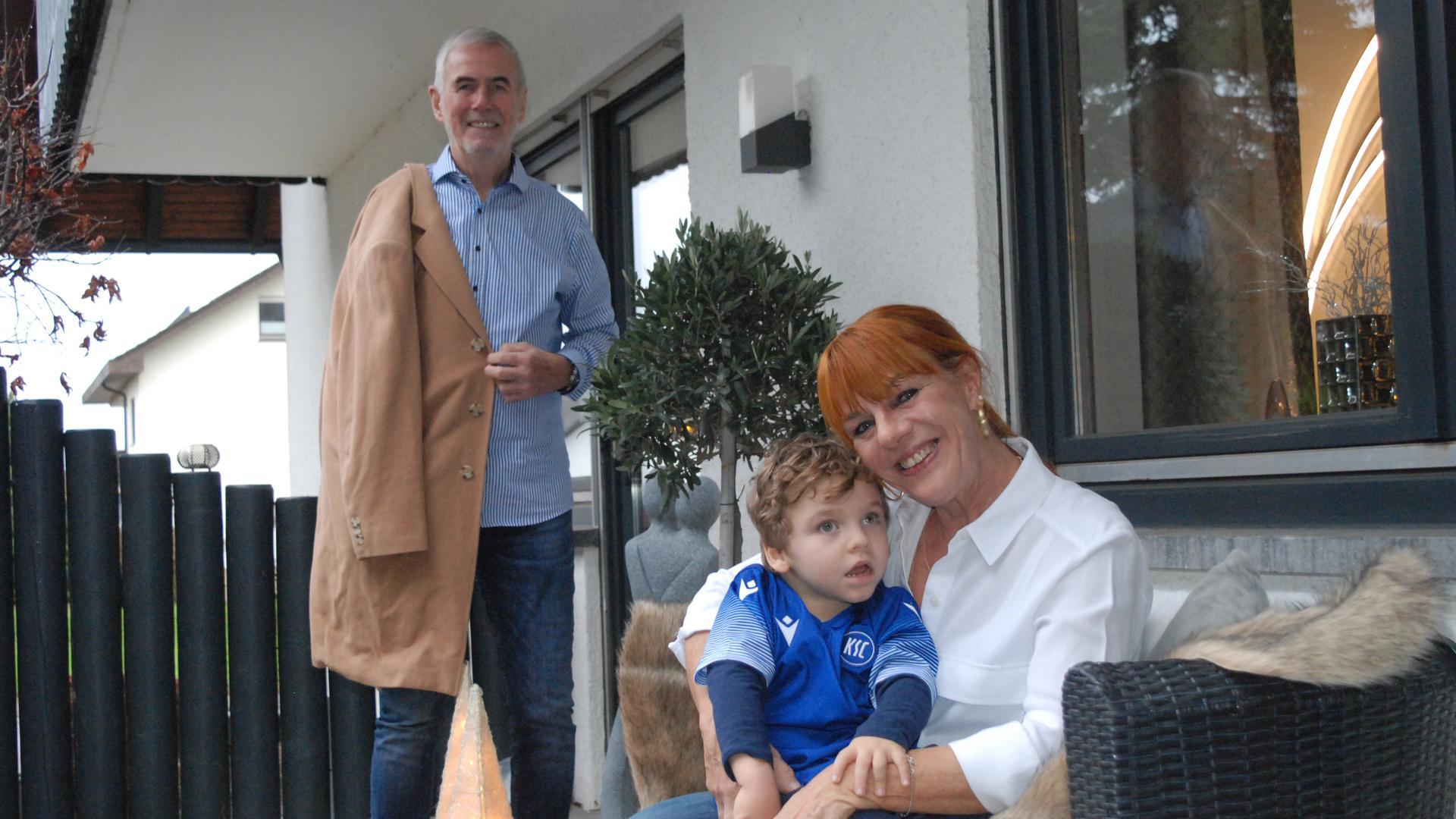 Marianne Thies mit Jonah und Fußballprofi Rolf Dohmen, der seinen berühmten Mantel auf der Facebook-Seite der KSC-Freunde für das Kind versteigert.