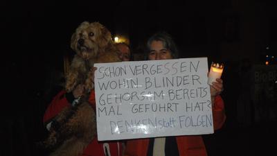 Demonstranten in Ottersweier mit Plakat.