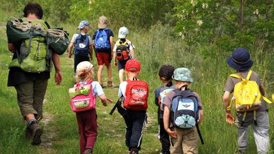 ILLUSTRATION- Kinder streifen mit ihrer Erzieherin durch den Wald. Rund 80 Waldpädagogen bringen Kinder in Niedersachsen wieder unter Bäume und machen einen bedrohten Lebensraum erfahrbar. +++ dpa-Bildfunk +++