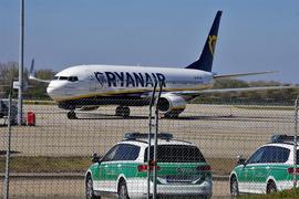 Eine von wenigen Maschinen  auf  dem Gelände: Mit Ryanair  sind  seit Ende März  wieder Mallorca-Flüge vom Flughafen Karlsruhe/Baden möglich.
