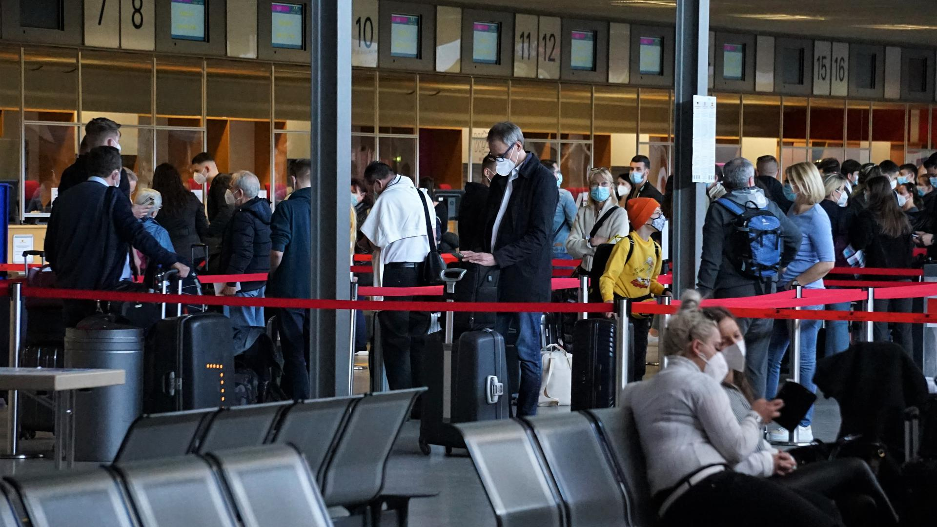 In Wartestellung: Die Schlange vor den Check-In-Schaltern  war beim Flug nach Mallorca noch überschaubar. Nicht alle gebuchten Plätze wurden  wirklich  beansprucht.