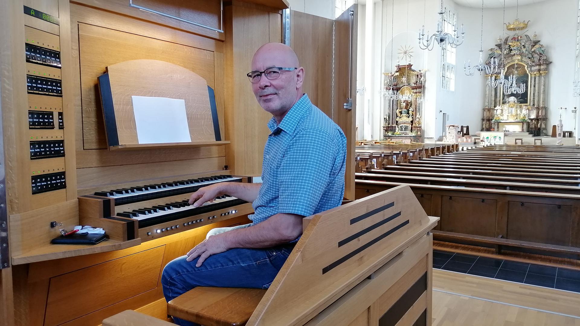 Orgelbaumeister Hans-Martin Luge aus Rheinmünster-Stollhofen sitzt an der Orgel in der katholischen Kirche in Haueneberstein.