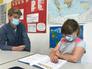 Intensive Betreuung: Lehrer Markus Werth arbeitet in der Weststadt-Grundschule mit 15 Kindern mit Arbeitsmaterial, das die Klassenlehrer individuell zusammengestellt haben.