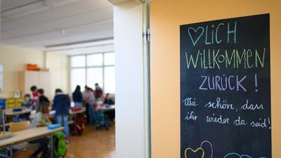«Herzlich Willkommen zurück! Wie schön, dass ihr wieder da seid!» steht an einer Tür eines Klassenzimmers einer vierten Klasse der Regenbogenschule. Nach dem Lockdown öffnen heute die Grundschulen und Kitas in Sachsen im eingeschränkten Regelbetrieb. +++ dpa-Bildfunk +++