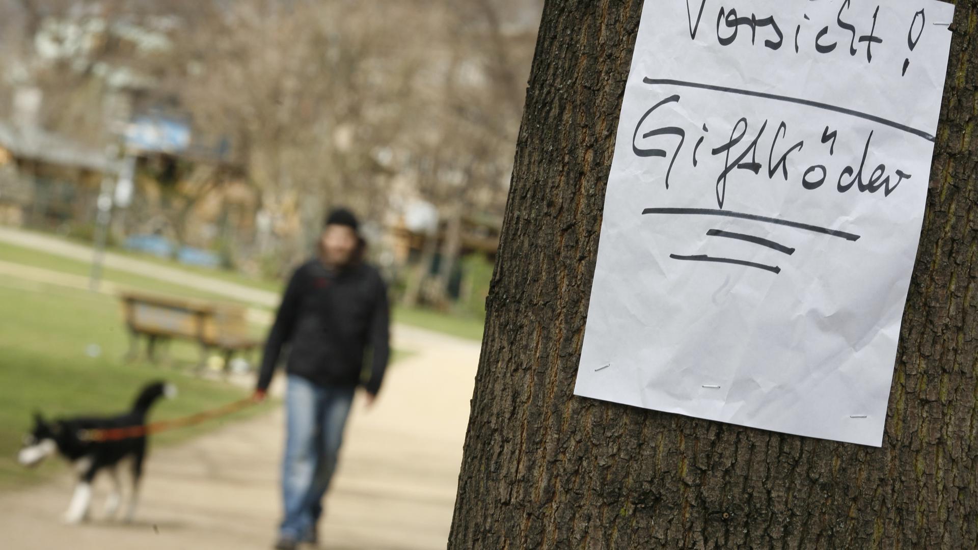 ARCHIV - ILLUSTRATION- 30.03.2012, Berlin: Ein Zettel warnt am 30.03.2012 in einem Park in Berlin vor ausgelegten Giftködern. (zu dpa: «Schmerzvoller Tod beim Gassigehen» vom 26.02.2018) Foto: Florian Schuh/dpa +++(c) dpa - Bildfunk+++ | Verwendung weltweit