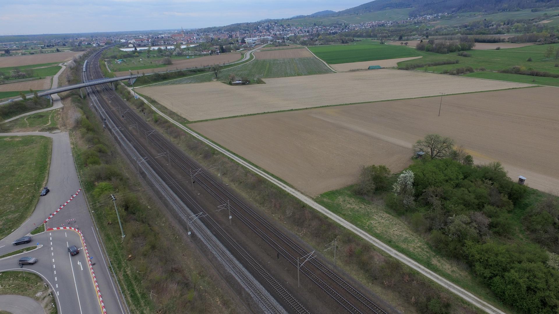 Auf dem freien Feld: Der Standort der geplanten Biogasanlage befindet sich am oberen Ende des dunklen Feldes unweit der Bahntrasse und B3 neu.