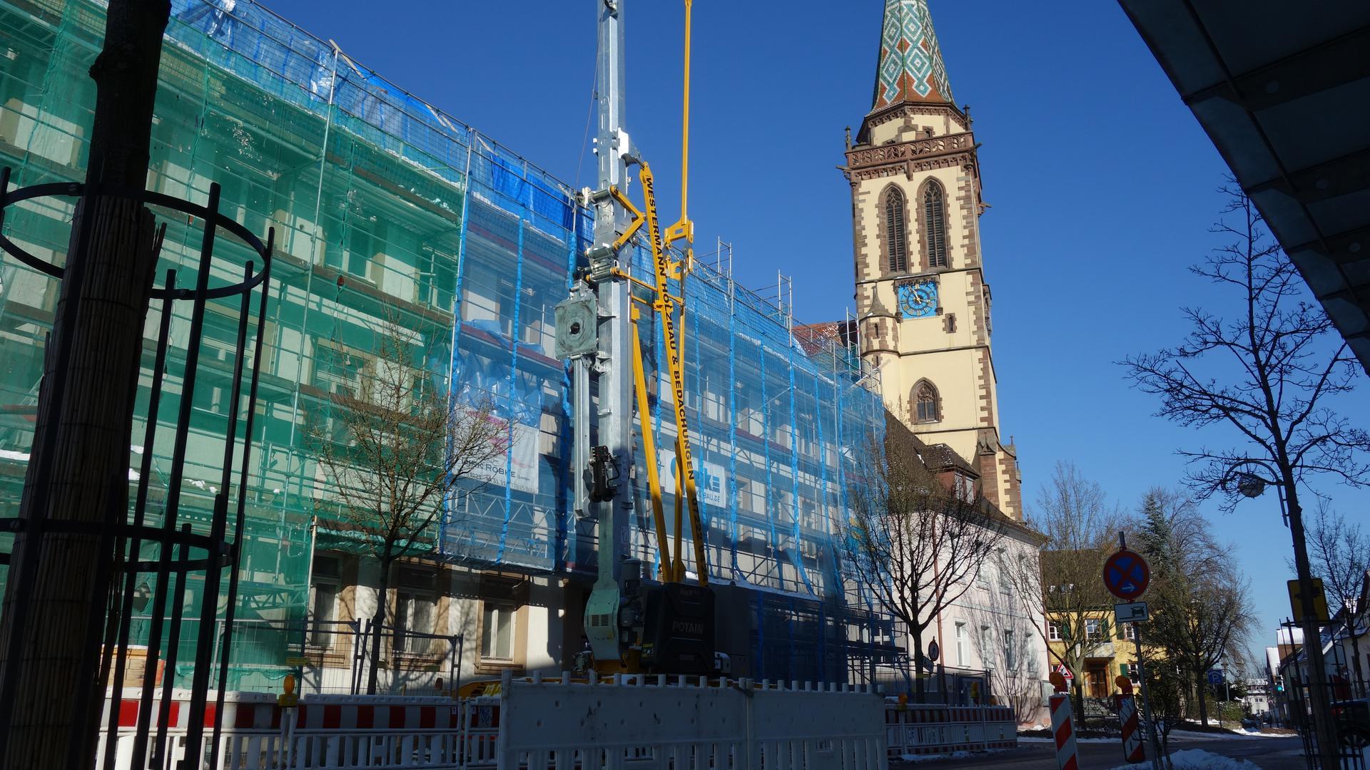 Sanierung am Dach: Die Renovierung des denkmalgeschützten Gebäudes im Ortskern läuft. Danach folgen die angrenzende Kirchstraße und links des Gebäudes der kleine Vinzenz-Park.