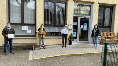 Daniel Reingruber wird als 400.000 Kunde des Dorfladens mit einem Präsentkorb überrascht