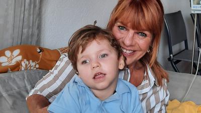 Glücklich über die Unterstützung: Marianne Thies mit ihrem Enkel Jonah. Großeltern und Eltern des Jungen kämpfen gemeinsam um dessen bestmöglichen Entwicklungschancen.