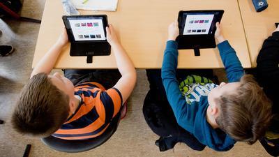 Eher Ausnahme als die Regel: Schüler einer 5. Klasse lernen mit iPads im Englischunterricht.