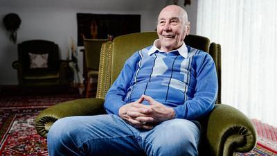 Der ehemalige Fußballspieler Horst Eckel lächelt während eines Gesprächs in seinem Wohnhaus.