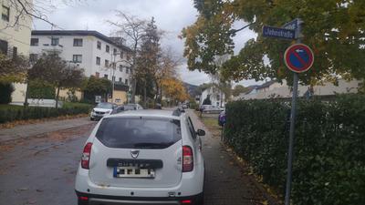 Falschparker sind besonders an neuralgischen Stellen wie an Straßeneinfahrten nicht nur ein Ärgernis sondern oftmals auch ein unnötiges Risiko