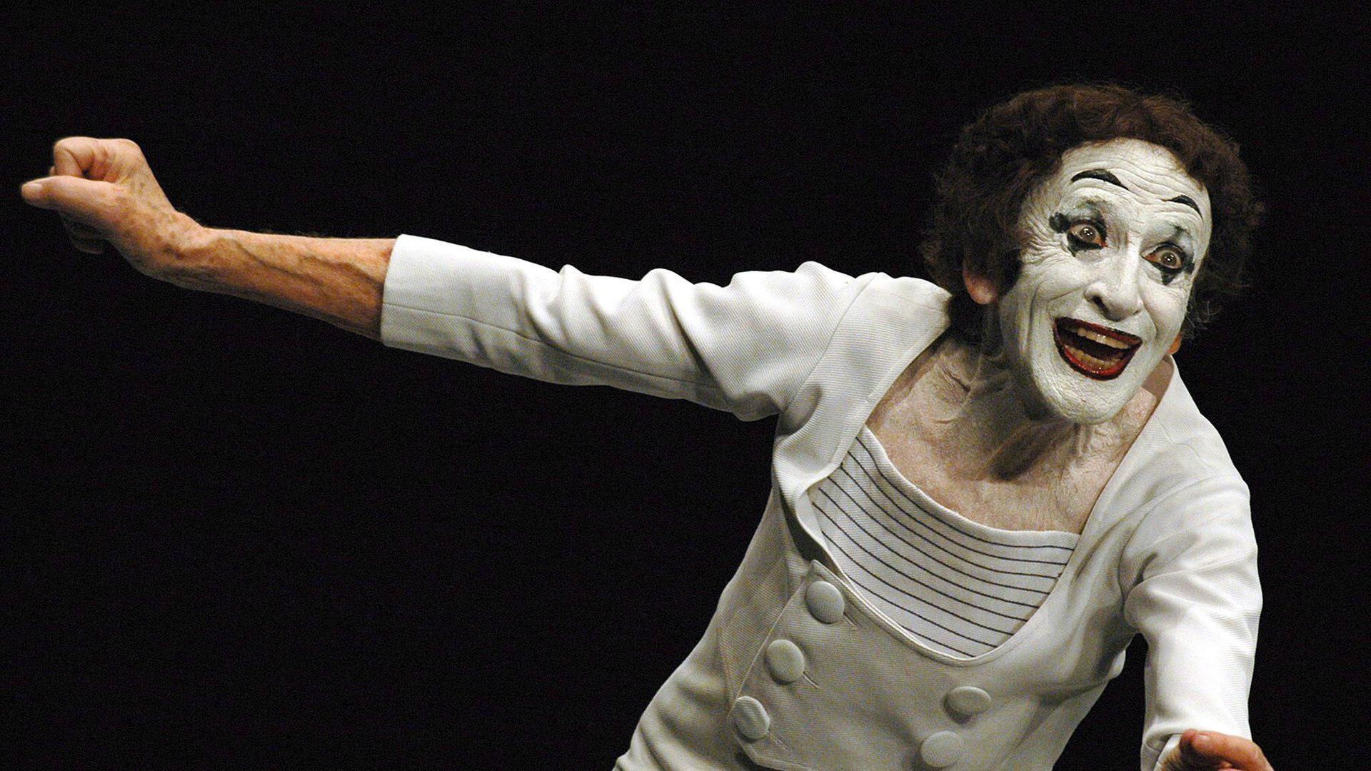 Der Pantomime Marcel Marceau mit Gesichtsschminke auf der Bühne.
