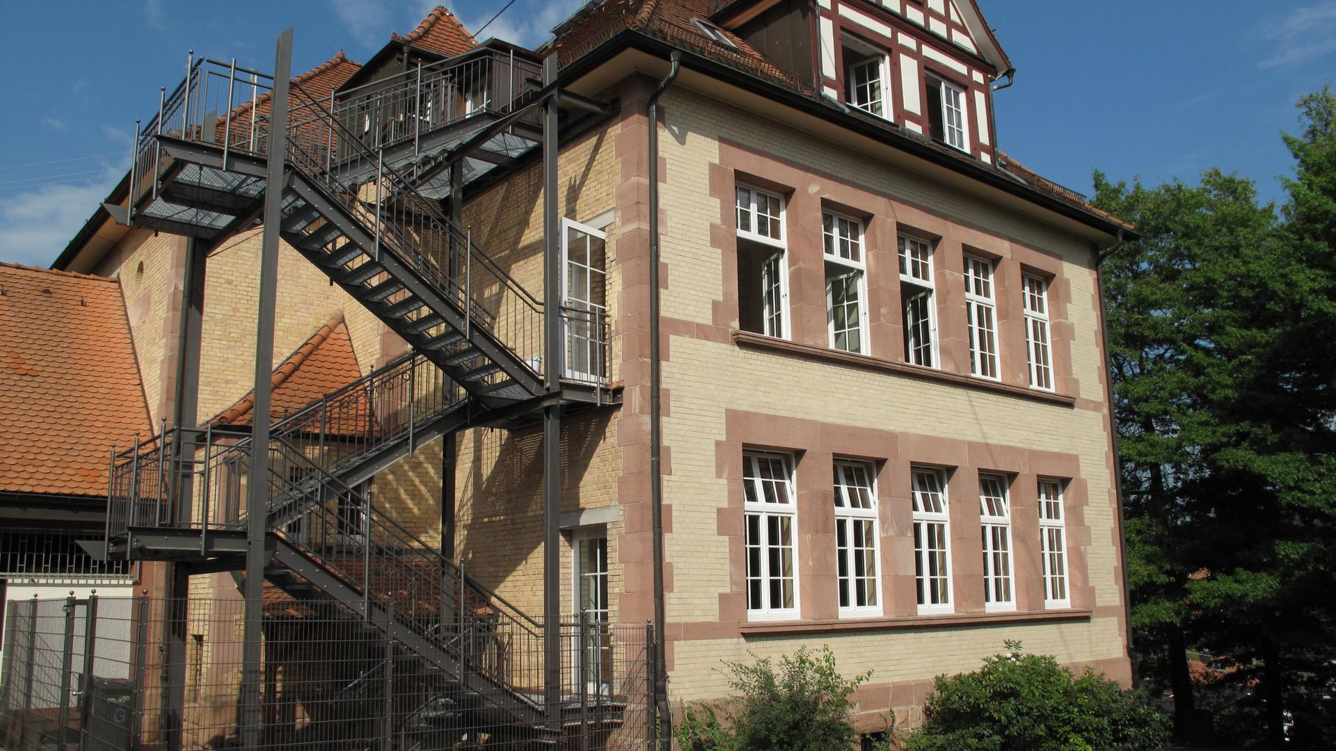 Loffenauer Schule Ostfassade Fluchttreppe Fensteraustausch