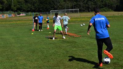 Vom Kicken kann man gerade nur träumen: Die Sportvereine haben ihr Training derzeit weitgehend ausgesetzt. Sie hoffen aber auf einen baldigen Neuanfang.