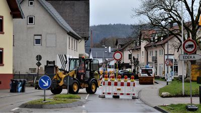 Ein Bagger steht vor einer Absperrung in Gaggenau-Hörden.