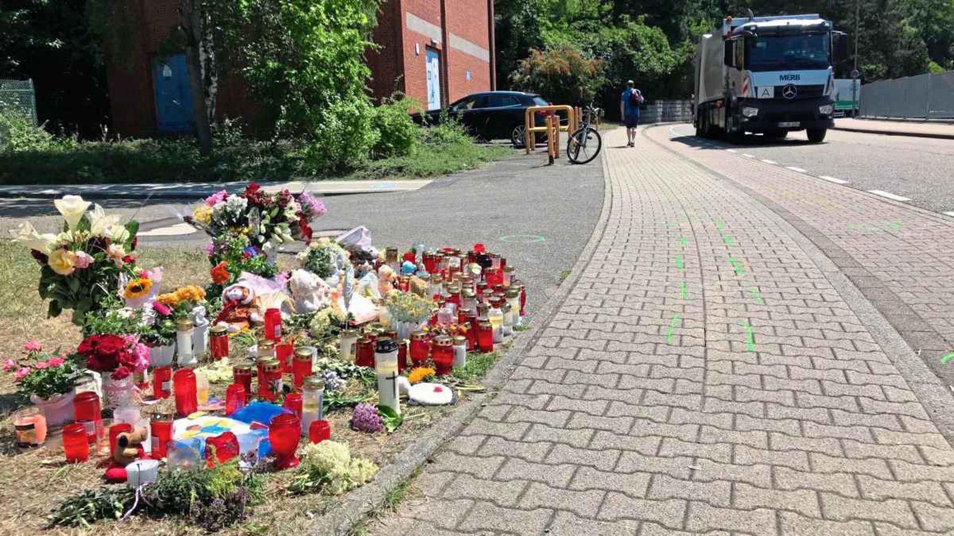 Kerzen stehen am Unfallort in Gaggenau