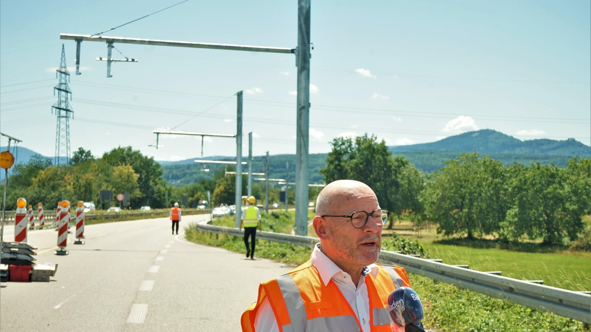 Der baden-württembergische Verkehrsminister Winfried Hermann besucht die Baustelle für das Oberleitungs-Projekt eWayBW im Murgtal.