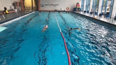"""Info von Timo Krempel vom TBG, Abteilung Schwimmen: """"Auf dem Bild ist ersichtlich, dass wir das Einbahnstraßen Schwimmen über zwei Bahnen einhalten mussten (Bahn 1 hin, Bahn 2 zurück), um die Abstände maximal zu halten. Die Gruppe, die trainiert auf dem Bild ist die LG1 (Leistungsgruppe 1)."""""""