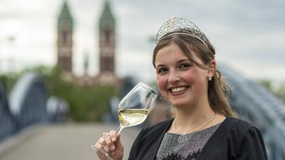07.06.2019, Baden-Württemberg, Freiburg: Badische Weinkönigin Sina Erdrich steht nach der Wahl und Krönung zur 70. Badischen Weinkönigin auf der Blauen Brücke. Sie wird ein Jahr lang den badischen Wein im In- und Ausland repräsentieren. Baden ist das drittgrößte von insgesamt 13 Weinanbaugebieten in Deutschland. Foto: Patrick Seeger/dpa +++ dpa-Bildfunk +++ | Verwendung weltweit