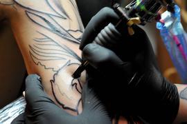 ARCHIV- Ein Tätowierer arbeitet in einem Studio in Braunschweig (Foto vom 15.06.2010). Jeder Zehnte ab 14 Jahren in Deutschland trägt ein Tattoo. Das hat eine repräsentative Umfrage für die Zeitung «Bild am Sonntag» ergeben. Die meisten Tätowierten finden sich in der Gruppe der 30- bis 39-Jährigen: fast ein Viertel ist hier Tattoo-Träger (23 Prozent). Dagegen sind bei den Menschen ab 60 lediglich zwei Prozent tätowiert. Foto: Frank Leonhardt dpa (zu dpa-Umfrage vom 11.08.2012)  +++(c) dpa - Bildfunk+++   Verwendung weltweit