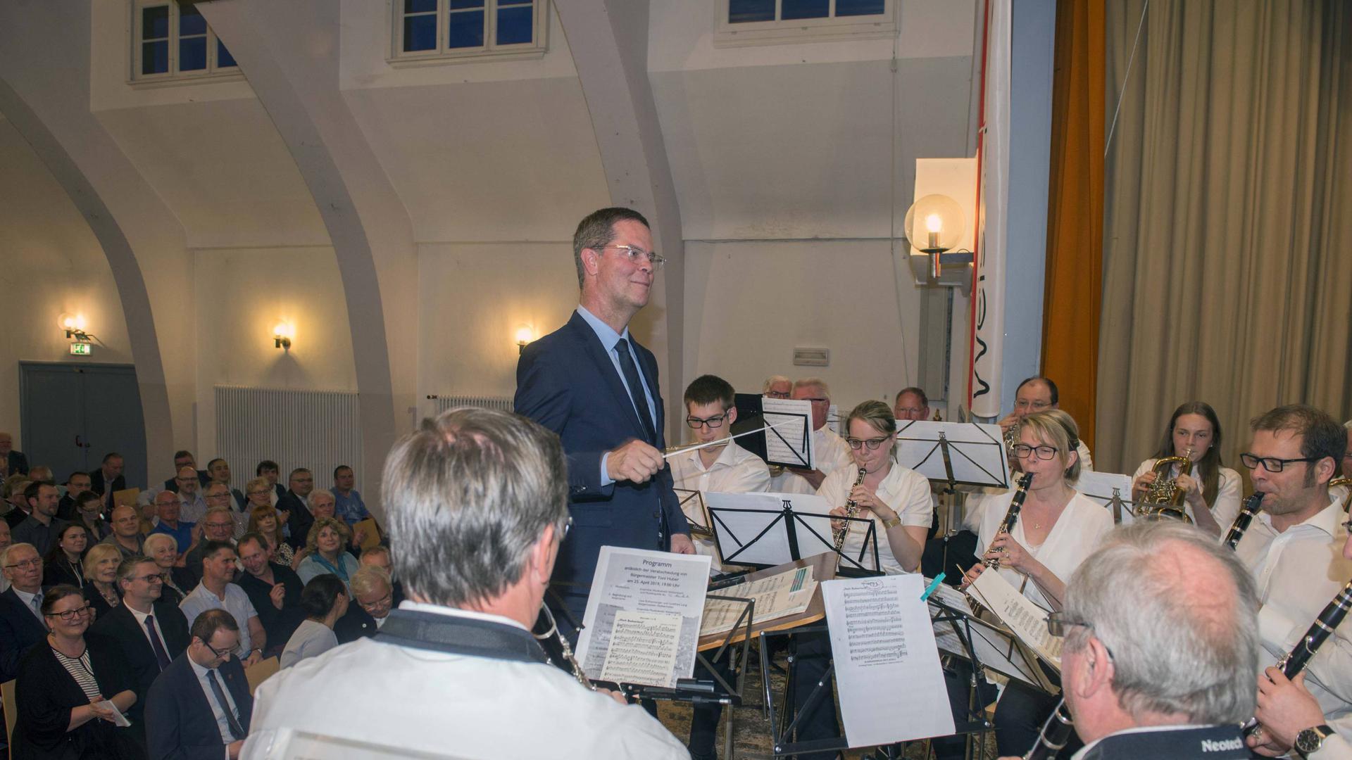 Bei seiner Verabschiedung als Bürgermeister von Weisenbach im April 2019 nimmt Toni Huber noch einmal den Taktstock in die Hand.