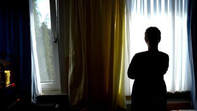 Eine junge Frau steht in einem Zimmer.