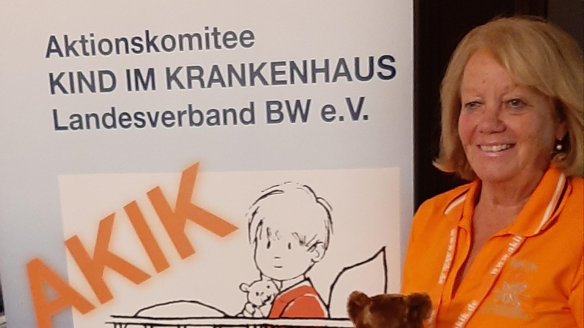Monika Werner bei der Übergabe der Rettungsteddys. Die kleinen Bären werden an alle Rettungsteams ausgegeben und jährlich kostenlos an 1.000 bis 1.200 kleine Patienten verteilt.