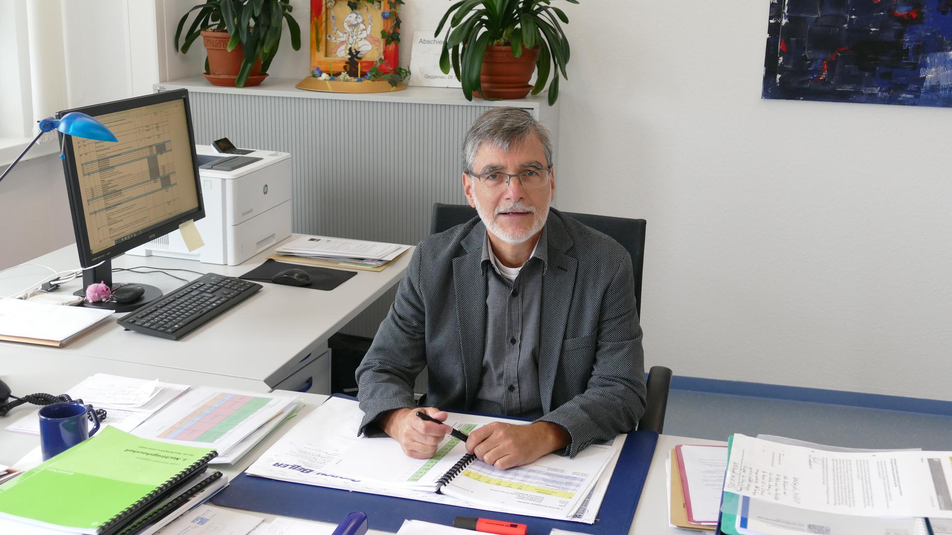 Andreas Merkel Kämmerer der Stadt Gaggenau im Büro an seinem Schreibtisch