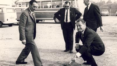 Bürgermeister Henri Jeantet aus Annemasse, der Partnerstadt von Gaggenau, zeigt, worauf es beim Boulespiel ankommt. Bild aus den frühen 70er Jahren