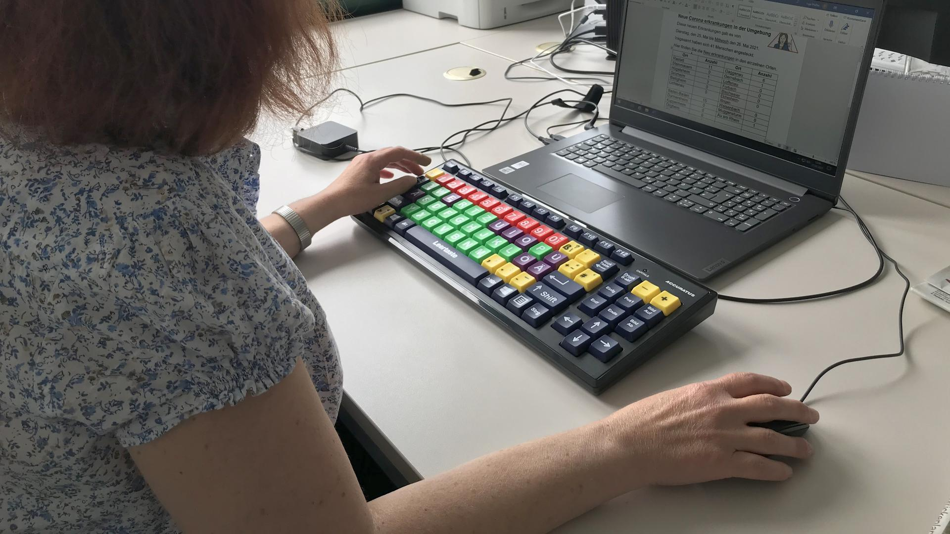 Unterstützung von A bis Z: Inge Pfeffer arbeitet im Gaggenauer Büro für Leichte Sprache mit einer speziellen Tastatur. Die großen, farbigen Knöpfe helfen ihr als Computer-Neuling dabei, sich besser zurechtzufinden.