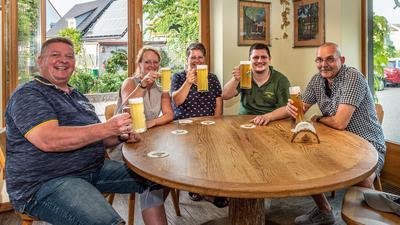 """Gastwirt Patrick Raum (2. von rechts) freut sich über treue Stammgäste, die trotz Corona-Krise nicht nur den Biergarten im Kurpark, sondern auch die Gaststätte """"Christophbräu"""" besuchen."""