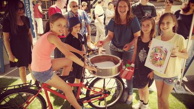 Gruppe mit Fahrrad