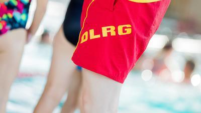 Eine Schwimmlehrerin bei einem Schwimmkurs für Kinder der DLRG. Schwimmbäder sind laut der Deutschen Lebens-Rettungs-Organisation (DLRG) in einem schlechten Zustand. Eine von der Organisation gestartete Petition, die einen bundesweiten Masterplan zur Rettung der Badeanstalten fordert, beschäftigt am Montag den Petitionsausschuss im Bundestag +++ dpa-Bildfunk +++