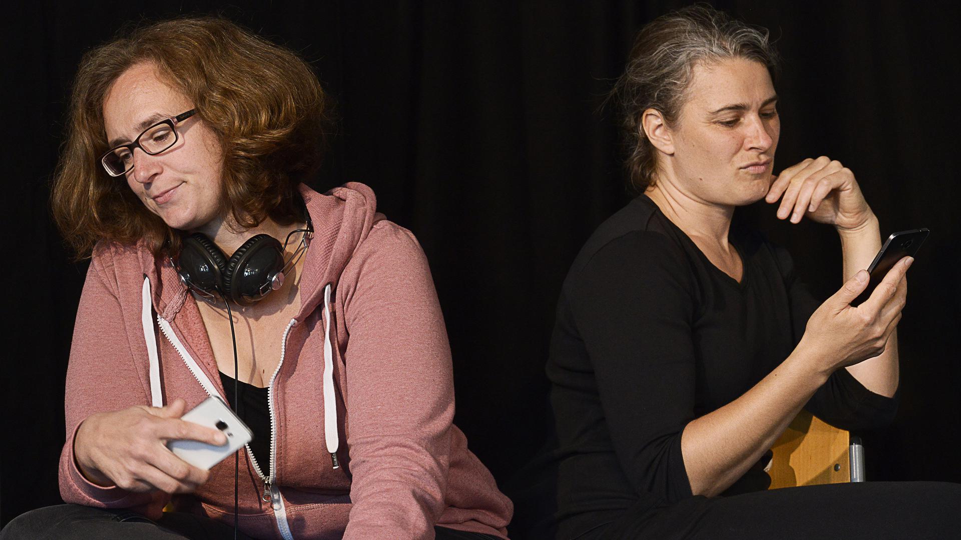 """Melanie Maurer und Christine Theberath von """"voll das Theater"""" als Mika und Jessica im Präventionsstück """"Wo ist der Weg hier raus"""" zum Thema Cybermobbing"""