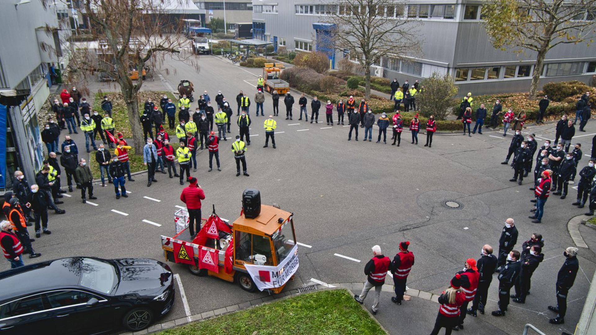 Die Beschäftigten der Daimler Truck AG in Gaggenau wurden abteilungs- oder bereichsweise vom Betriebsrat zusammengerufen, um über die aktuelle Lage zu berichten und mit den Beschäftigten zu diskutieren.