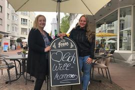 """""""Herzlich Willkommen"""": Viele Wirte in Gaggenau weisen mit diesen oder ähnlichen Worten auf ihre wiedereröffneten Restaurants und Bistros hin. Auch Danielle Gutmann (rechts) und ihre Mutter Jeannette Höting machen so auf ihr Waffel-Café """"Dalina's"""" aufmerksam – doch der Betrieb startete auch bei ihnen verhalten."""
