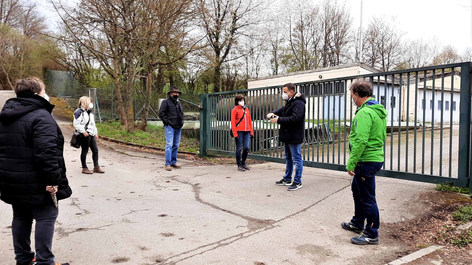 Vor der  Sickerwasserreinigungsanlage der Deponie in Gaggenau-Oberweier treffen sich Mitglieder der Bürgeriniative gegen die Deponieerweiterung und Mitglieder des Gemeinderats Bischweier.