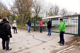 Vor der  Sickerwasserreinigungsanlage der Deponie in Gaggenau-Oberweier treffen sich Mitglieder der Bürgerinitiative gegen die Deponieerweiterung und Mitglieder des Gemeinderats Bischweier.
