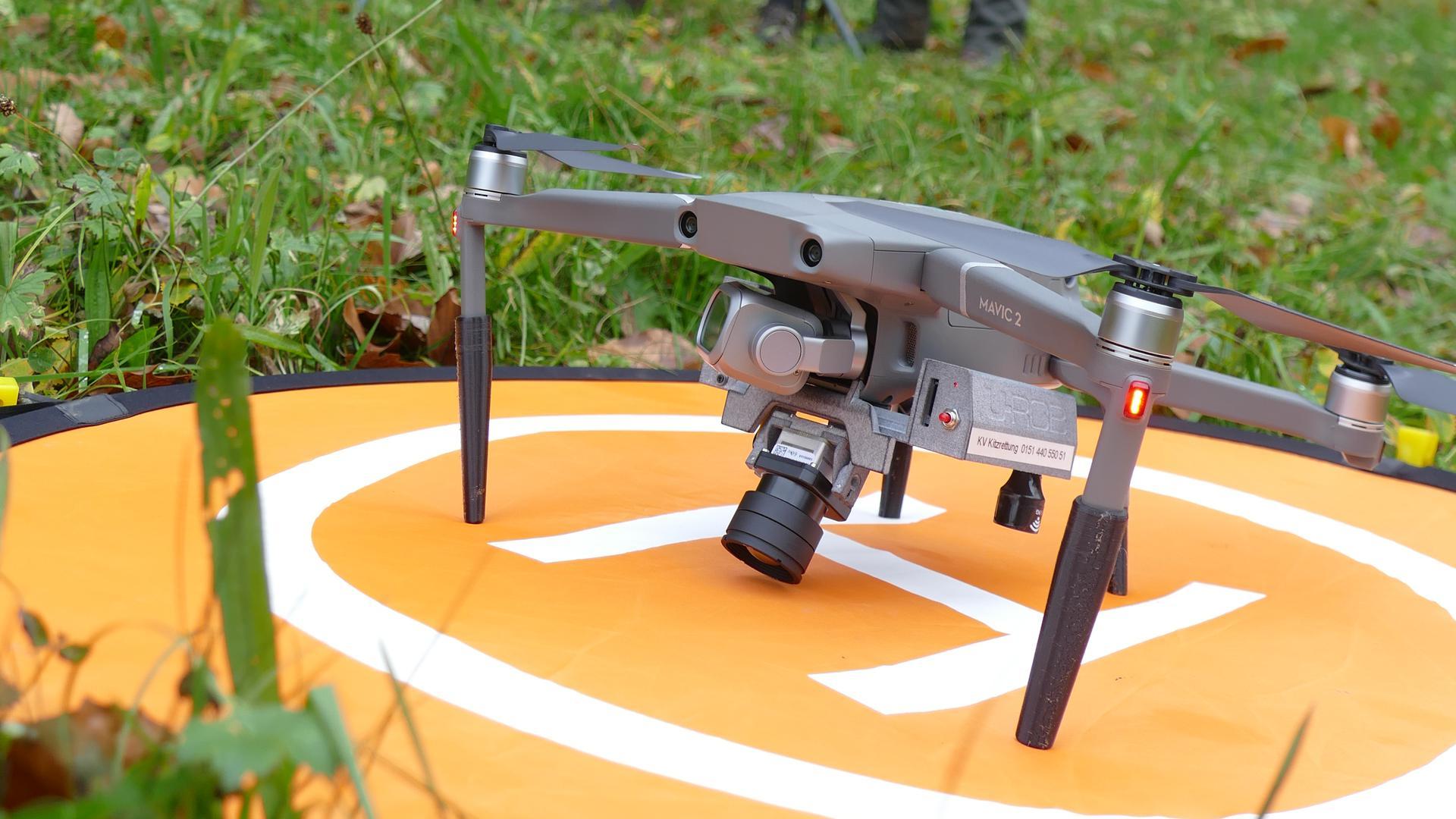 Drohne auf einem Startplatz im Vordergrund