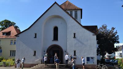 Evangelische Markuskirche Gaggenau, Kirchenbesucher vor der Kirche am Eingang mit Masken