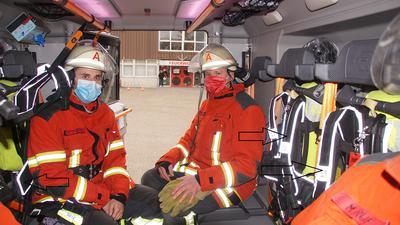 Feuerwehrangehörige im Einsatzfahrzeug