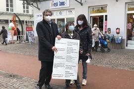 Demonstration in Gaggenau: Am Montag haben Einzelhändler gegen Beschränkungen protestiert. Auch Oberbürgermeister Christof Florus war dabei. Seine Ehefrau Jeanette Florus (rechts neben ihrer Mutter Rosemarie Rieger) betreibt in vierter Generation ein Schuhgeschäft in Gaggenau.