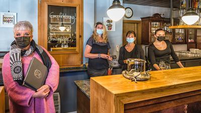 Im Bistro Ratsstübel Gaggenau: Wirtin Michaela Scheffold (links) und alle Mitarbeiter:innen tragen bei der Arbeit freiwillig weiterhin Masken trotz vollständiger Impfung.