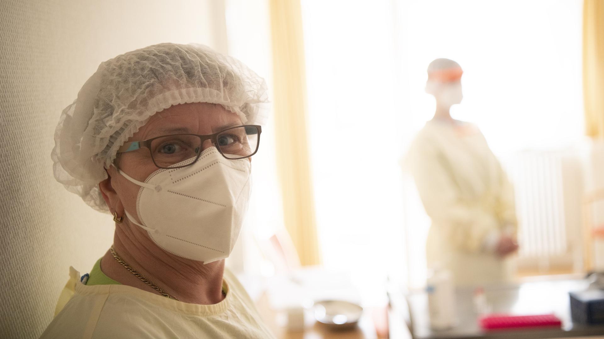 Die Wächterin: Gabriele Hertweck testet Mitarbeiter, Besucher und Bewohner aufs Coronavirus. Normalerweise arbeitet die examinierte Altenpflegerin in der Tagespflege im Helmut-Dahringer-Haus.