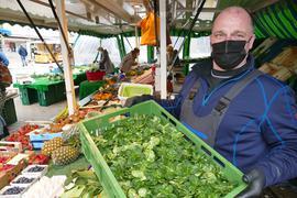 Händler Axel Seitz präsentiert eine Kiste Feldsalat am Stand auf dem Wochenmarkt in Gernsbach